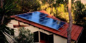 casa con placas solares