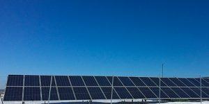placas solares y cielo